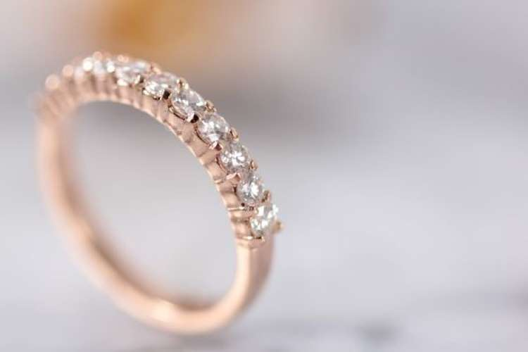 Soñar que te encuentras un anillo de oro